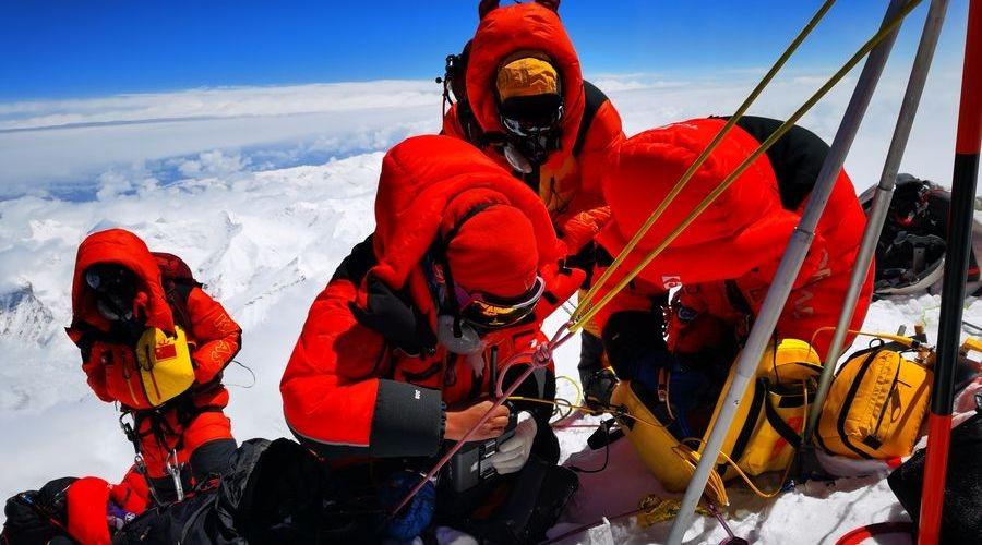 Yeni Mesaj: Çin ekibi Everest'in yüksekliğini ölçüyor
